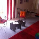 salle luxayam avec la table et les 2 chaises